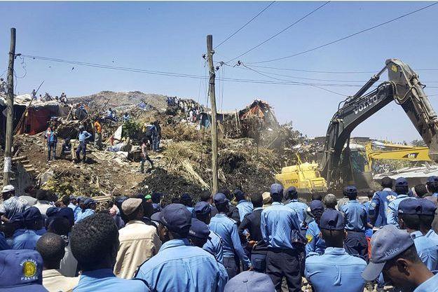 La police recherche des survivants après l'éboulement d'ordures dans la plus grande décharge d'Ethiopie.