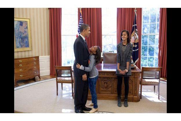 Barack Obama avec Sasha et Malia dans son bureau en novembre 2010.