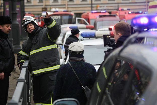 Policiers devant la station de métro où l'explosion a retenti à Saint-Pétersbourg.