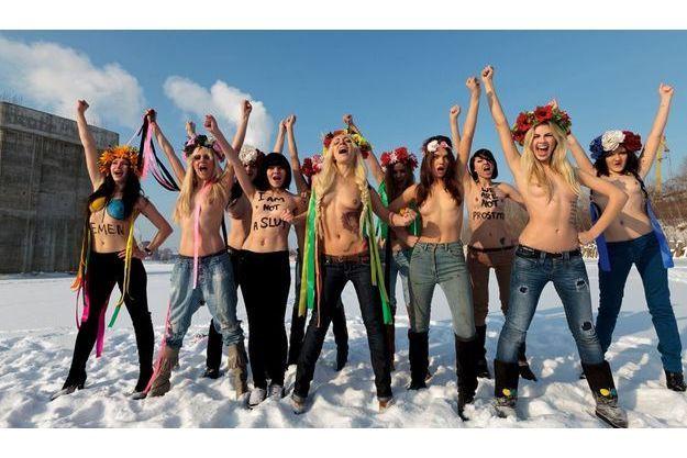 Il est 14 h 30 à Kiev. Sur le Dniepr gelé, les Femen portent coiffes et rubans traditionnels, jeans taille basse, tatouages et  slogans, dont « I am not a slut » : « Je ne suis pas une salope. »