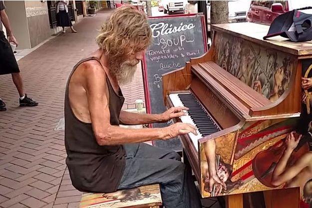 Donald derrière son piano