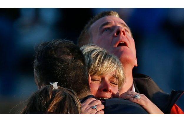 Les parents étaient bouleversés, ce vendredi, devant l'école élémentaire Sandy Hook.