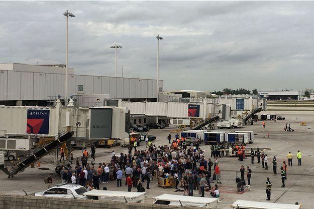 Les voyageurs se sont réfugiés sur les pistes de l'aéroport de Fort Lauderdale.