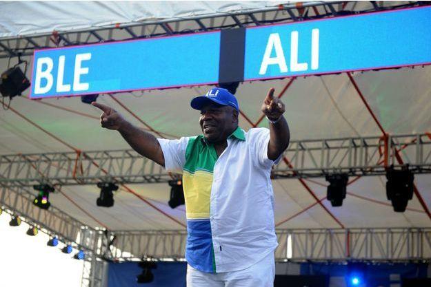 Ali Bongo Odimba, ici le 26 août 2016 lors de son dernier meeting au stade Nzang Ayong à Libreville, a reçu un accueil très chaleureux ce matin sur deux grandes radios françaises.