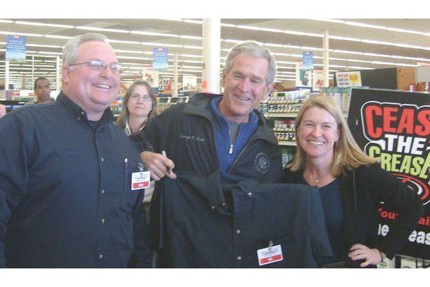 Client « W ». Samedi 21 février, vers midi, chez Elliott's,le grand magasin de Dallas. Andrea Bond, la responsable des relations publiques de cette célèbre chaîne, accompagnée de Jo Broyles, un des managers, remet à George W. Bush une chemise de vendeur floquée du badge magnétique de l'entreprise.