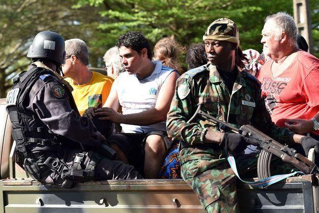 """Selon les mêmes services de renseignement, cité dans ce courrier, """"la menace est renforcée par des informations (...) obtenues lors de l'interrogatoire d'un terroriste malien identifié comme étant le cerveau des attaques à Grand-Bassam en Côte d'Ivoire"""", pris en charge par les autorités ivoiriennes."""