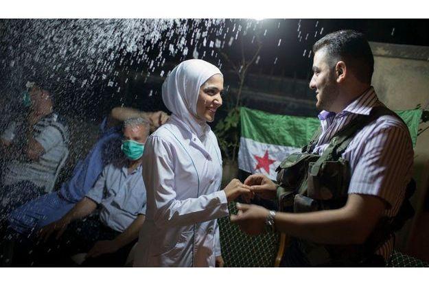 Jeudi 30 août, un peu avant minuit, au QG de l'unité de combat de Hussein. Hannan et Hussein se disent «oui» avec, en guise de cotillons, de la neige artificielle. Derrière la jeune mariée, un médecin du dispensaire dans lequel elle travaille veut rester anonyme, par peur des représailles.