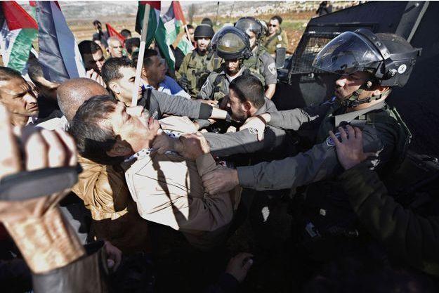Ziad Abu Ein, pris à partie par des soldats israéliens.
