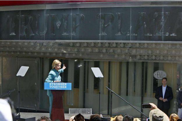 Hillary Clinton devant le Trump Plaza à Atlanta City le mercredi 6 juillet 2016.