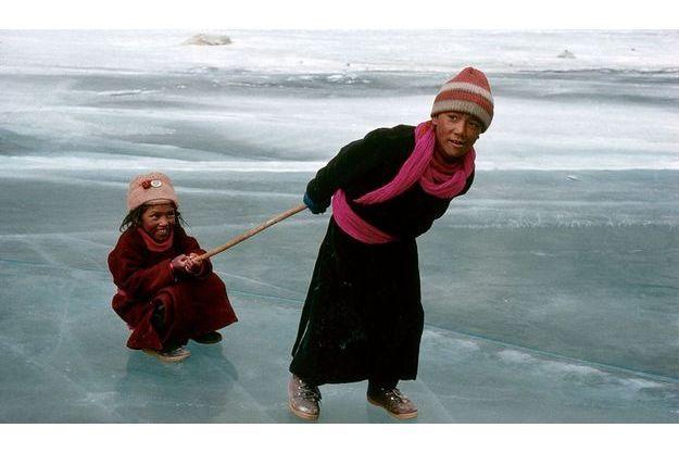 Dans le sillage de son frère. En janvier 1989, Motup s'amuse à tirer sa sœur sur la rivière gelée. Il vient de revenir au village après trois ans de pensionnat. Elle repartira avec lui.