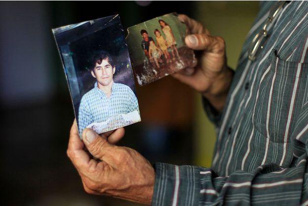 Jose Ricardo, le père du naufragé, montre des photos de son fils qu'il sait désormais sain et sauf.