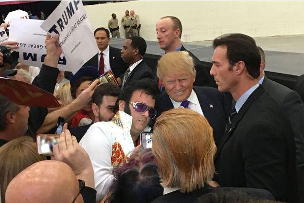 Donald Trump pose avec un sosie d'Elvis