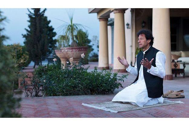 Samedi 10mars, sur la terrasse de sa villa qui domine la vallée d'Islamabad. Vêtu du traditionnel « salwar kameez », Imran Khan fait ses cinq prières par jour.