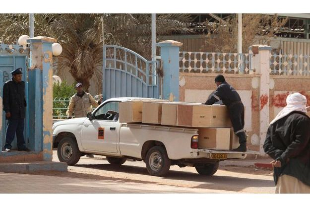 Des cercueils étaient livrés dès lundi à Tiguentourine, pour récupérer les corps des 37 étrangers.