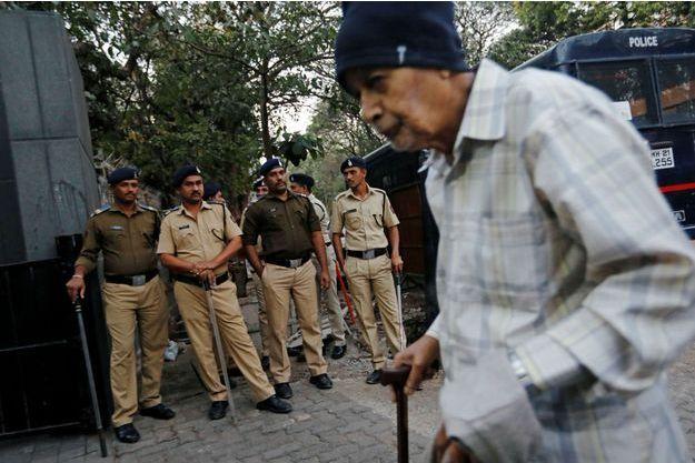 Des policiers devant une salle de cinéma de Bombay, le 24 janvier 2018.