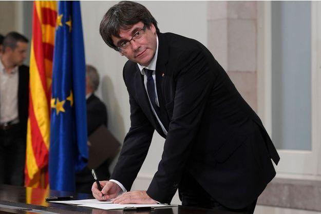 Carles Puigdemont signe la déclaration de l'indépendance de la Catalogne.