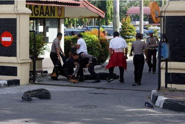 Dans la matinée, des assaillants à bord d'une camionnette ont foncé dans le portail du commissariat de Riau, en Indonésie.