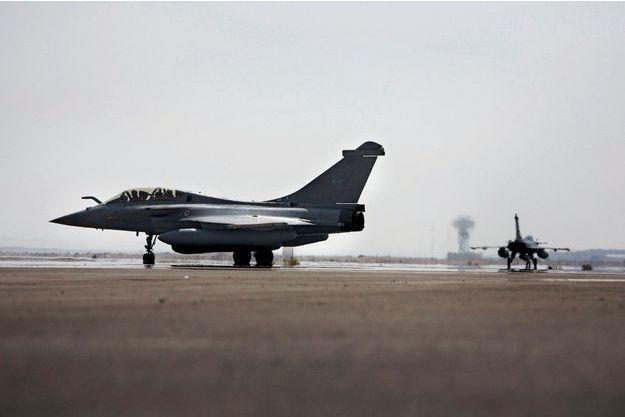 Le 15septembre, 8heures du matin. Le premier Rafale quitte la base aérienne française 104 Al-Dhafra, aux Emirats arabes unis.  Il sera rejoint par un deuxième chasseur et un ravitailleur C135.