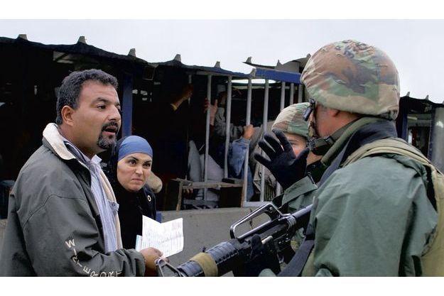 Des Palestiniens au check point. Après leur service militaire, les membres de l'armée israélienne en ressortent souvent honteux, cassés par ce qu'ils ont fait : harcèlements inutiles, interdictions incompréhensibles, sans parler des brutalités.