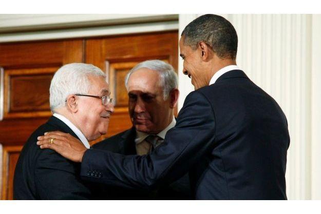 Le Président Obama, en compagnie du Président de l'Autorité Palestinienne Mahmoud Abbas (à gauche) et du Premier ministre israélien Benjamin Netanyahou (au centre), à la Maison Blanche, à Washington, le 1 septembre 2010.