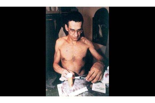 Daniel après son passage dans le camp de torture : il doit soigner lui-même ses lésions