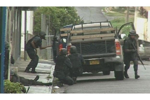 La police de Kingston tente de faire face aux narcotrafiquants.