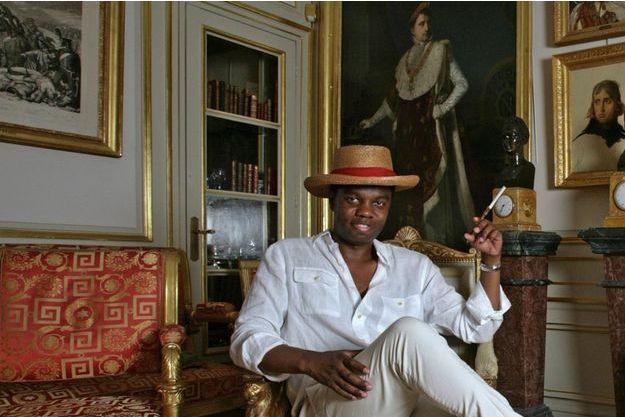« JB », dans l'appartement d'un ami parisien, grand collectionneur d'objets napoléoniens. Le panama et le fume-cigarette sont ceux de Sacha Guitry.
