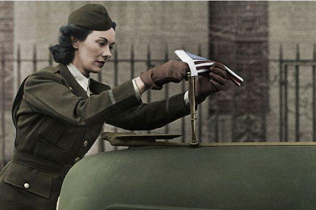 A Londres, l'Irlandaise Kay Summersby, 34 ans, du corps des transports motorisés, installe le fanion du général sur la Packard qu'elle conduira jusqu'à la victoire finale.