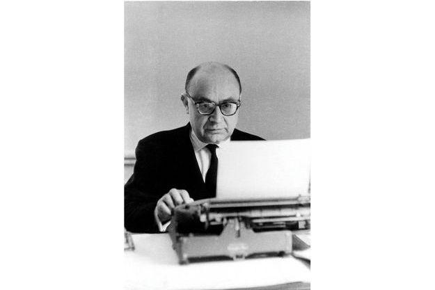 Raymond Cartier, né à Niort en 1904 est mort à Paris en 1975. Grand chroniqueur à Paris Match durant les années1960, il a couvert toute l'affaire Kennedy. Ses chroniques, qui portaient sur l'actualité internationale et la géopolitique comptaient parmi les textes les plus lus du journal.