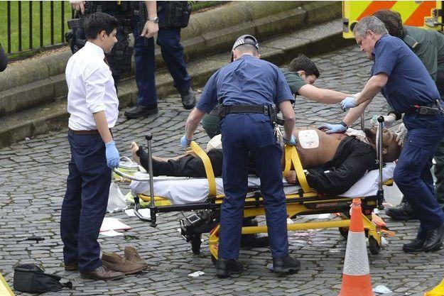 Khalid Masood sur un brancard après l'attaque de Londres mercredi.