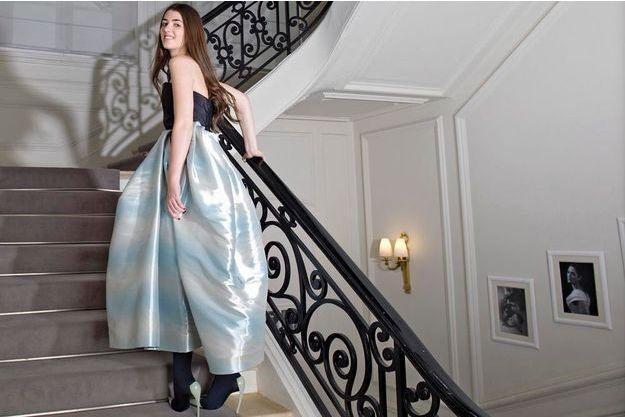 Le 21 juin à Paris, Kyra Kennedy essaie une robe chez Dior.