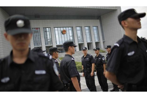 Des policiers gardent le tribunal de Hefei, où a été entendue Gu Kailai et certains de ses complices.