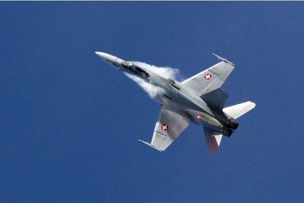 Un F18 de l'armée suisse (image d'illustration) a été confondu avec un avion de chasse français.