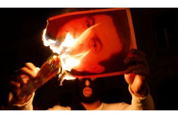 Un manifestant brûle une photographie du président Moubarak en janvier dernier.