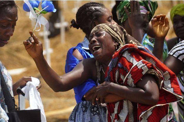 Une femme vient d'apprendre que son fils est atteint du virus Ebola, mars 2015, Liberia.