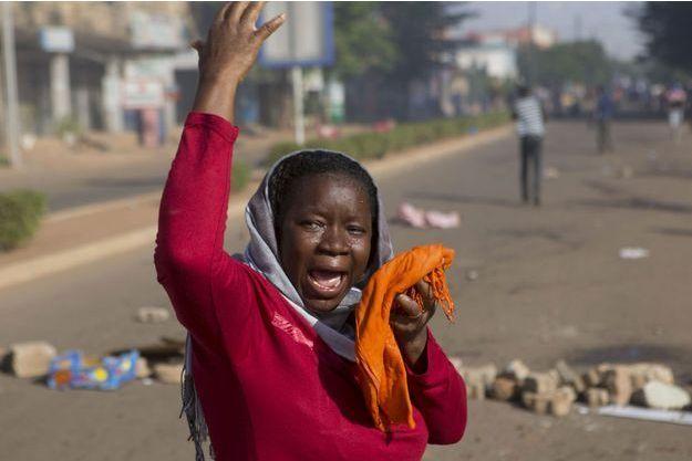 Une femme manifeste dans la rue.