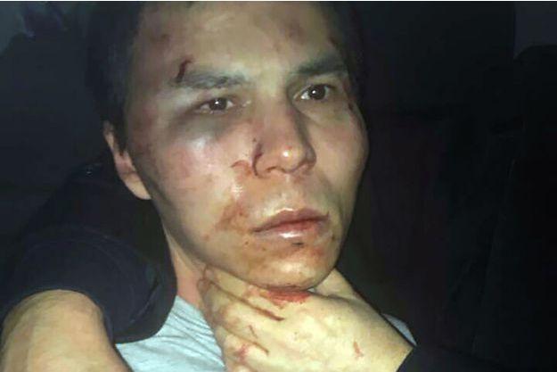 Une photo du suspect après son arrestation a été diffusée dans les médias.