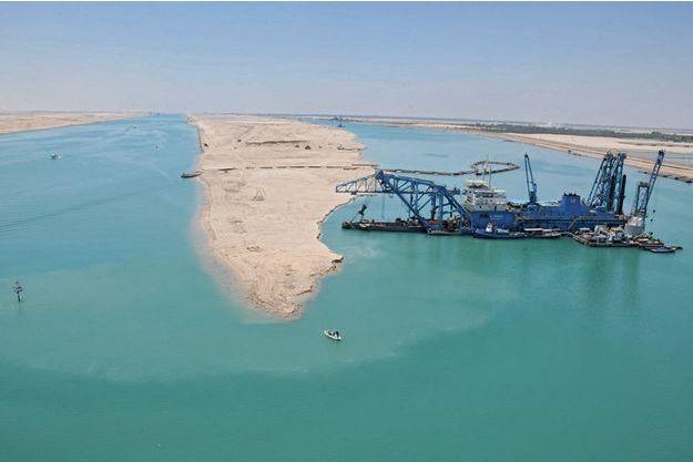 Une drague aspiratrice grignote un banc de sable à proximité d'Ismaïlia, la ville portuaire où siège l'Autorité du canal de Suez.