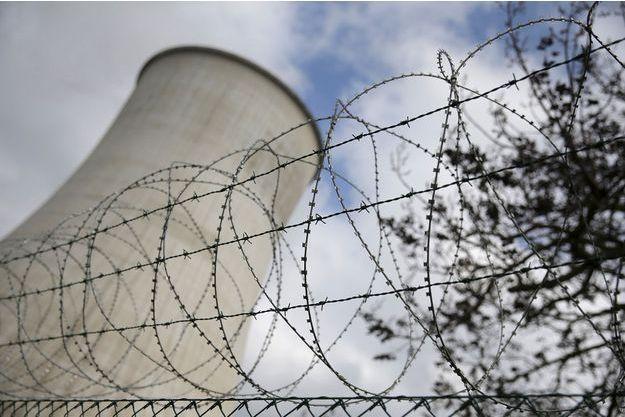 Des barbelés protègent la centrale nucléaire de Tihange, en Belgique.