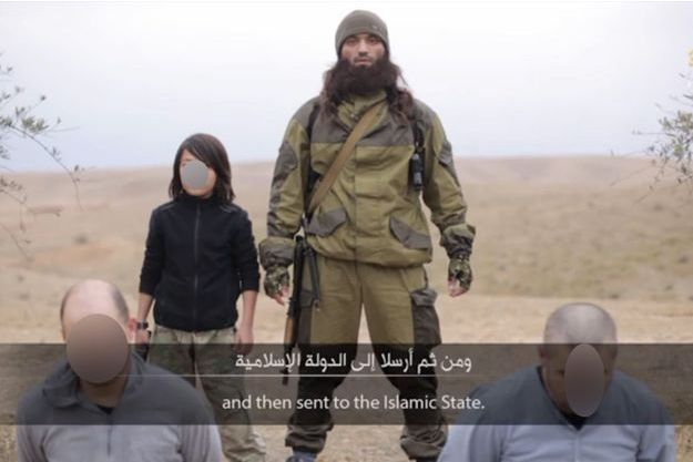 Capture d'écran de la vidéo montrant l'enfant bourreau de l'Etat islamique.