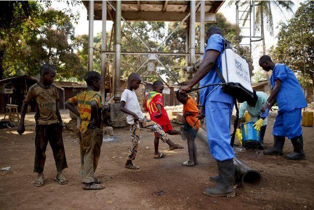 Des enfants se font désinfecter les pieds en Guinée, en mars 2015.