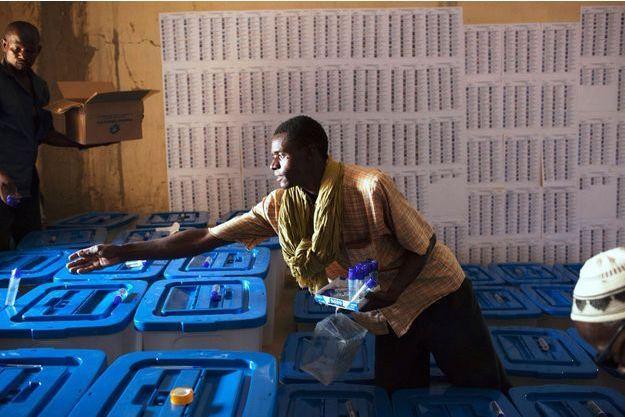 A Tombouctou, le 26 juillet, préparation des urnes scellées pour le vote de dimanche.
