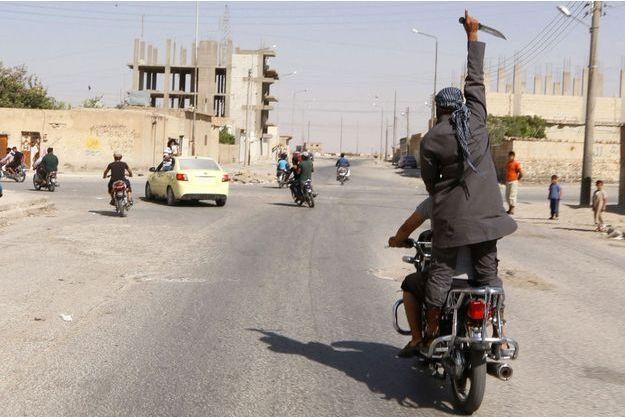 Des membres de l'Etat islamique, près de Racca, en Syrie, fin août.