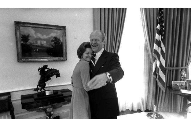 Betty et Gerald Ford dans le bureau ovale de la Maison Blanche le 6 décembre 1974.