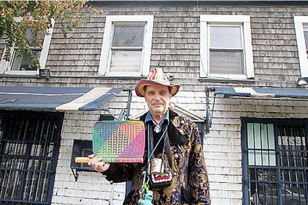 Jean-Louis Goldwater Bourgeois devant la maison à Manhattan qu'il veut rendre aux amérindiens