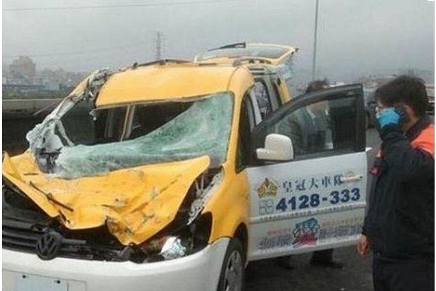 Traumatisé mais vivant, le chauffeur de taxi émerge de son véhicule broyé par l'aile de l'avion.
