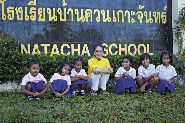 Elisabeth Zana avec cinq des 60 élèves de son école, fondée grâce à Nat Association, en mémoire de sa fille Natacha.