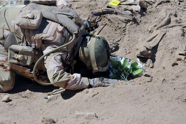 Un soldat irakien priant sur les lieux du massacre, en avril 2015.