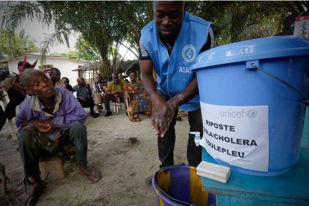 Un homme apprend aux habitants du Liberia comment lutter contre Ebola.