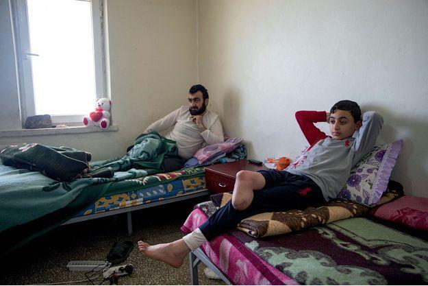 Dans un dispensaire en Turquie, un père et son fils. Mustafa, 39 ans, membre de l''Armée syrienne libre (ASL), a perdu sa jambe au combat. Oussama, 13 ans, a été victime d''un obus à Alep.